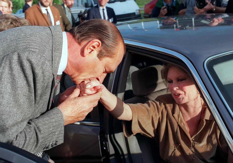 Le Maire de Paris, Jacques Chirac fait un baise-main à l'ancienne actrice française Brigitte Bardot le 7 octobre 1990 à Vincennes, alors qu'elle quitte la 2ème Fête du Monde Animal dont elle est l'initiatrice.