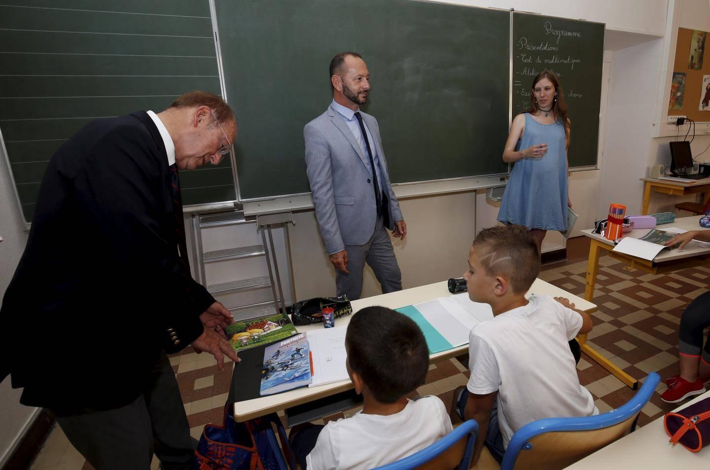 Le maire Jean-Claude Guibal et l'inspecteur de la circonscription Jean-Marc Messina se sont rendus à l'école Frédéric-Mistral dans la vieille ville, où une classe supplémentaire a été ouverte.