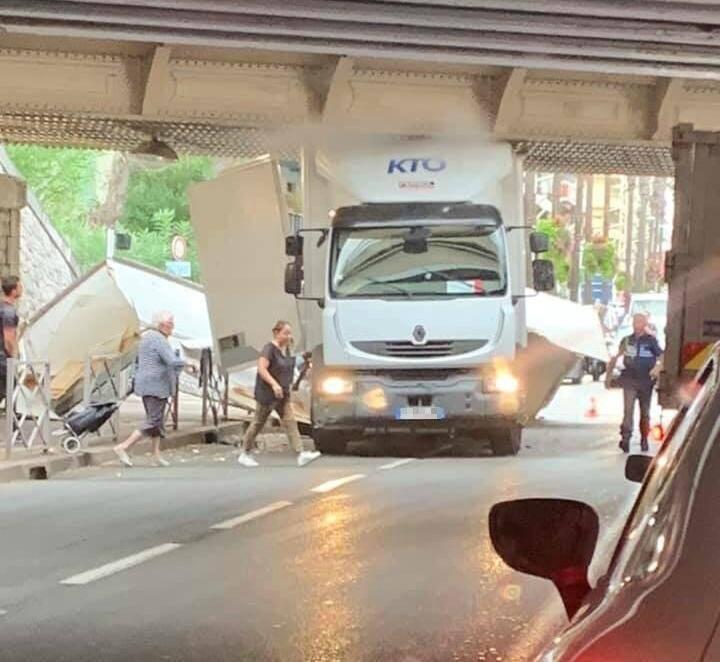 La camion est resté bloqué sous le pont.