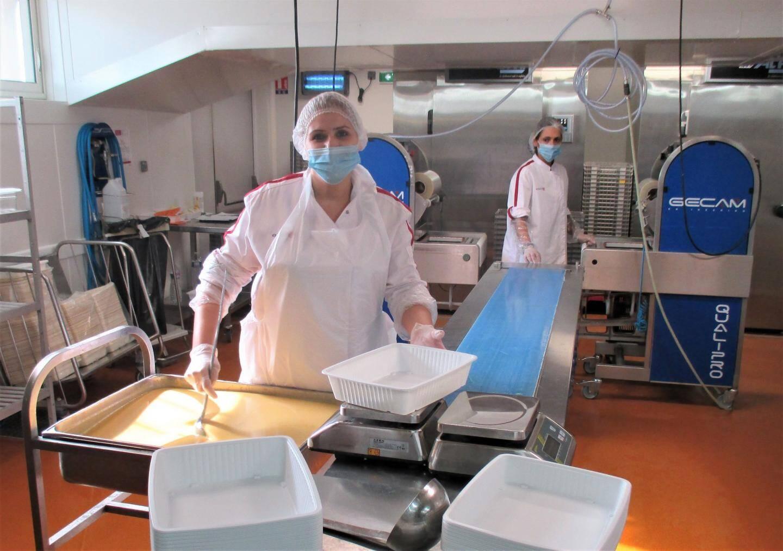 Le personnel est équipé de blouses, de masques et de charlottes, pour garantir l'hygiène des préparations.