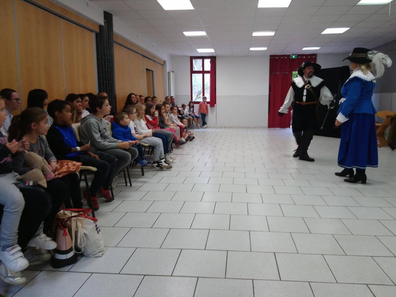 La Cie « Histoires en scène » fidèle soutien de l'association, a joué « l'Algarade » devant les petits Varageois.