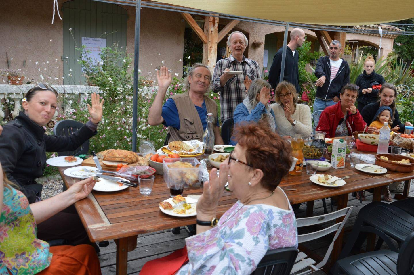 Pour le repas, chacun avait apporté son écot. Les échanges de recettes, de conseils ont créé des liens autour du projet commun de transition.