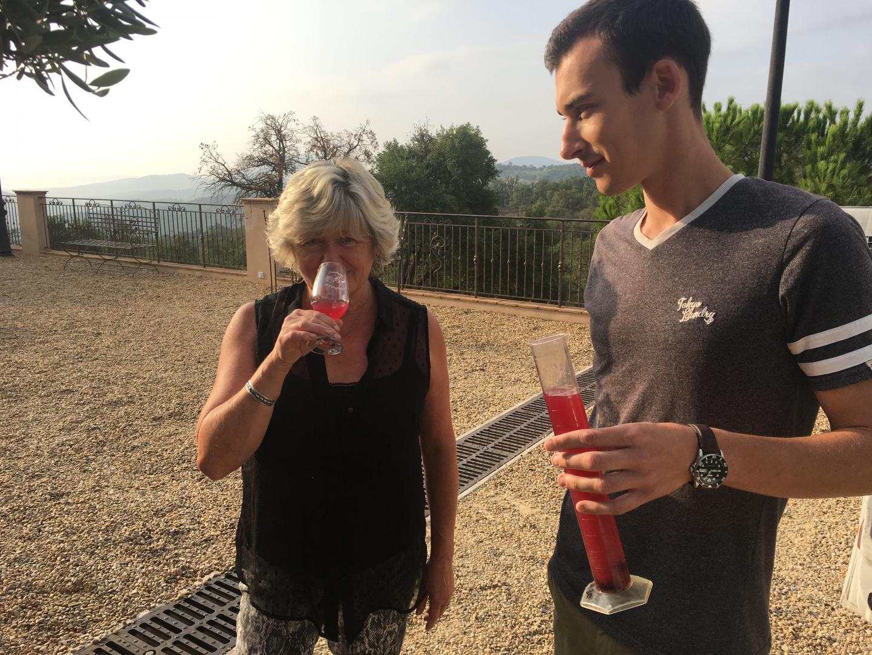 Encarnacion Roynette et l'œnologue Florian Baugnet très attentifs à la récolte du rouge qui affiche entre 13,5 et 14 degrés.