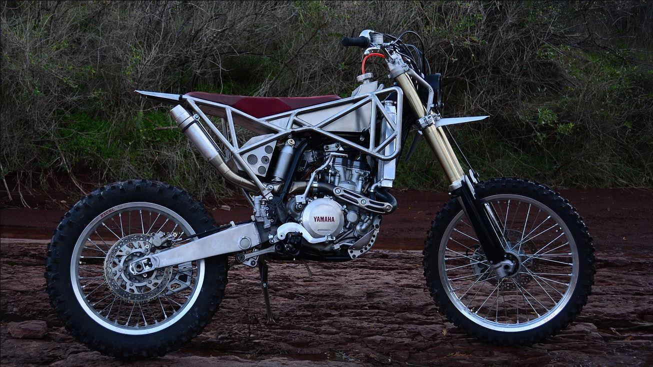 La Yamaha WR450F « Skeleton » SM du préparateur Le Motographe comporte de nombreuses pièces maison : cadre, réservoir, échappement et sa selle en cuir rouge.