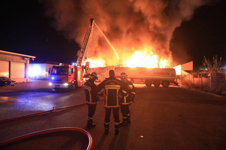 Environ 45 sapeurs-pompiers doivent lutter pour éviter la propagation du feu sur la zone.