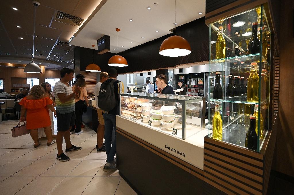 Des clients d'un restaurant McDonald's de Strasbourg passent commande le 13 septembre 2019