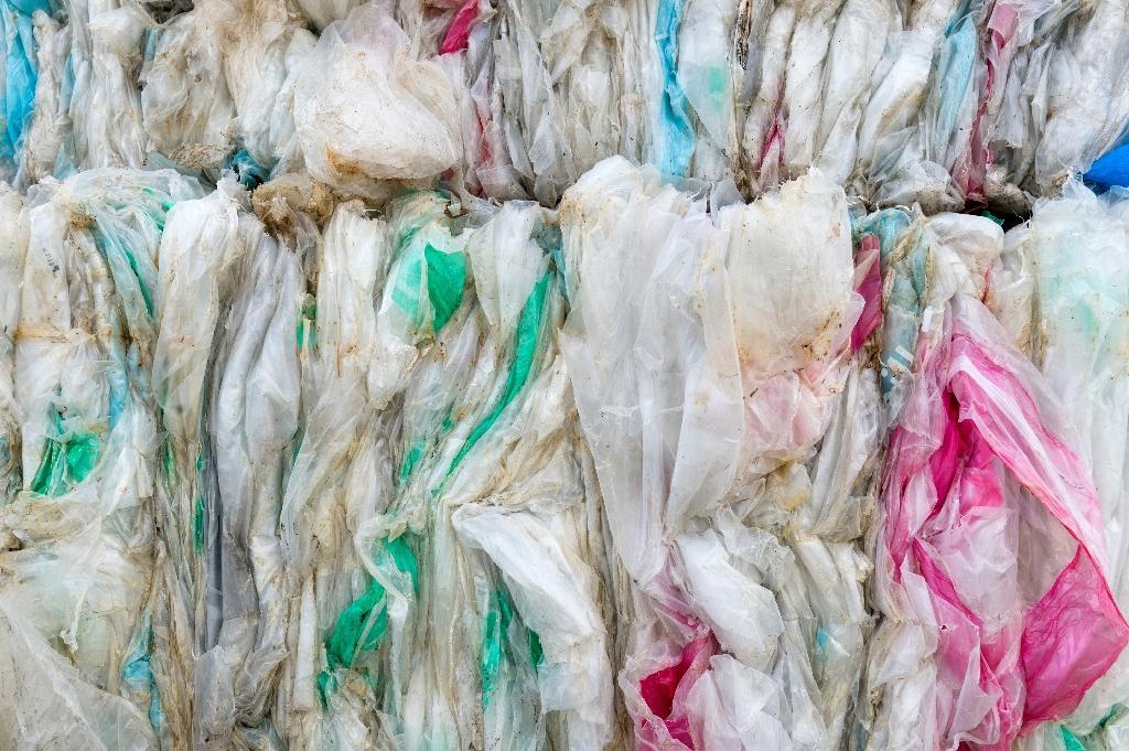 Piles de plastiques dans une entreprise de recyclage à Montbrison, en avril 2019