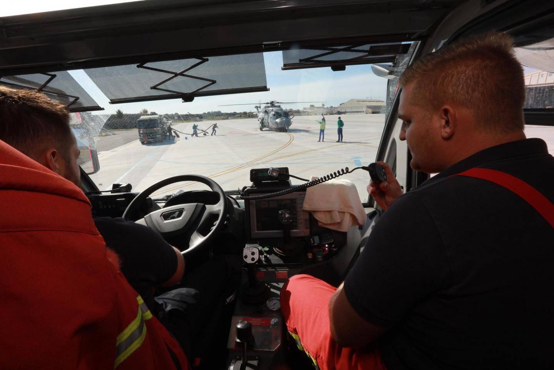 Mission de surveillance lors d'un ravitaillement d'hélicoptère, rotor tournant.