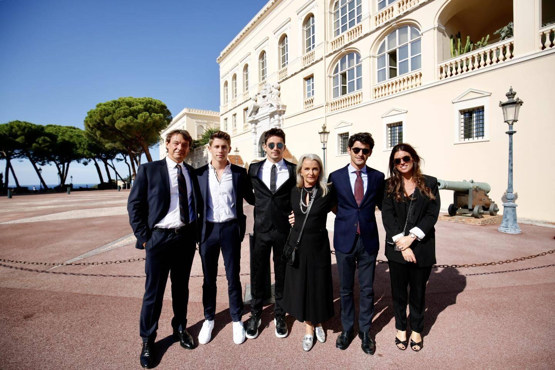 Photo de famille devant le Palais princier avec l'oncle de Charles, Thierry Manni, et son épouse Stéphanie. Arthur et Lorenzo, les deux frères. Et la maman de Charles, Pascale.