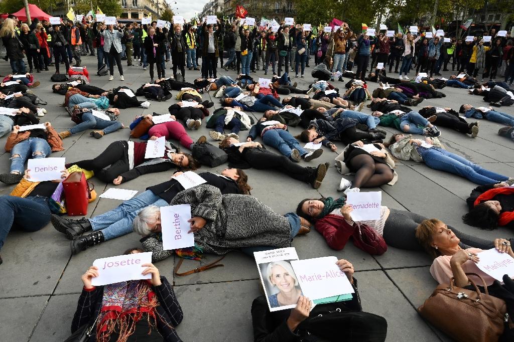 Des dizaines de femmes allongées sur le pavé manifestent contre les violences faites aux femmes, place de la République à Paris le 19 octobre 2019