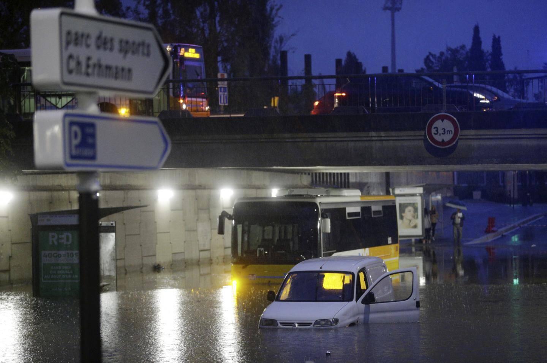 Un bus et un véhicule ont été abandonnés au Cadam.