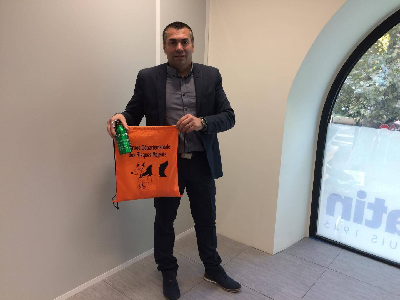 Au cours de ses missions de prévention du risque, Stéphane Liautaud distribue des kits de survie.