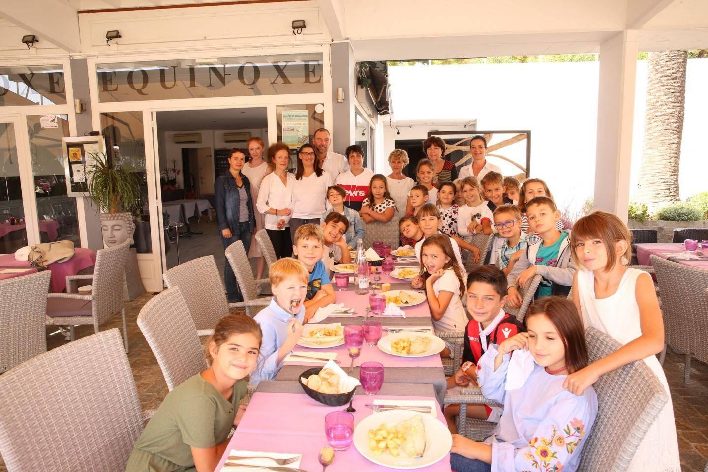 Après les cours de cuisine, les élèves de CE2 et CM1 se sont mis à table à l'Équinoxe.