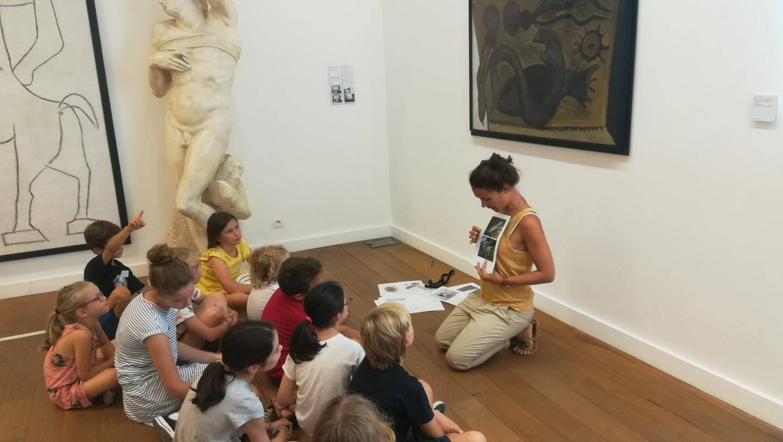 Sur le site du Fort Carré, les anecdotes  historiques éveillent  toujours la curiosité  les enfants.