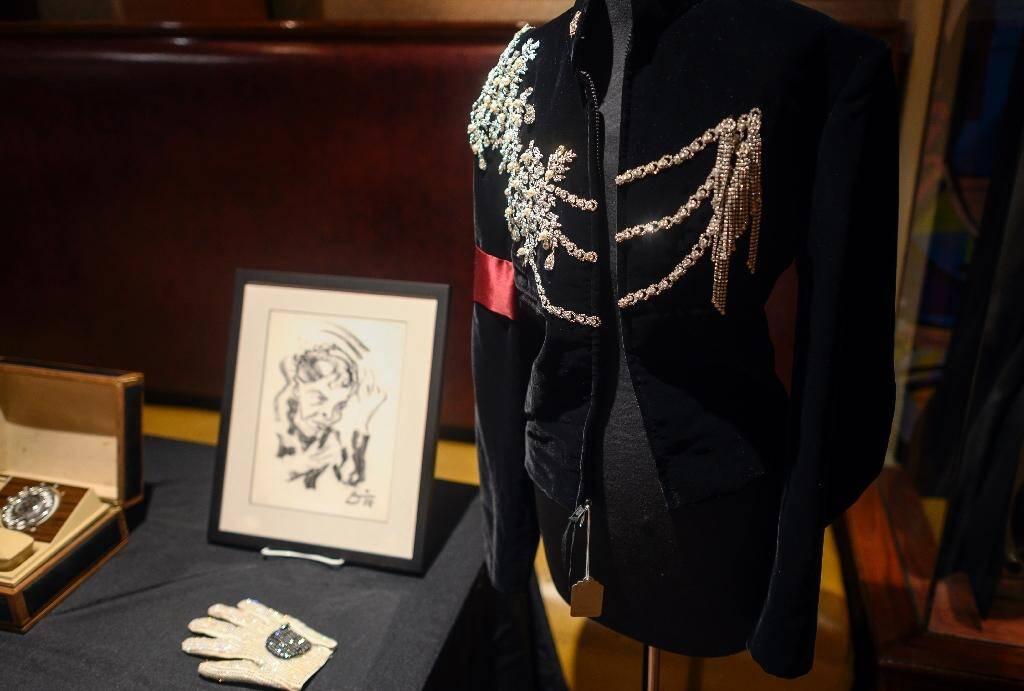 Une veste en velours noir portée par Michael Jackson pour le 65e anniversaire d'Elizabeth Taylor