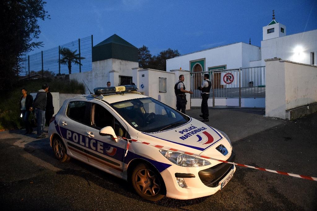 Des policiers devant la mosquée de Bayonne le 28 octobre 2019 après une attaque qui a fait deux blessés