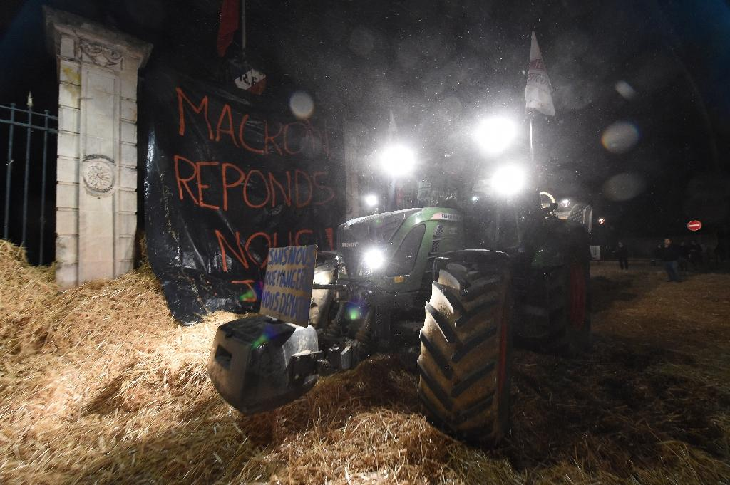 Les agriculteurs déversent de la paille devant la préfecture de la Sarthe, au Mans, le 21 octobre 2019