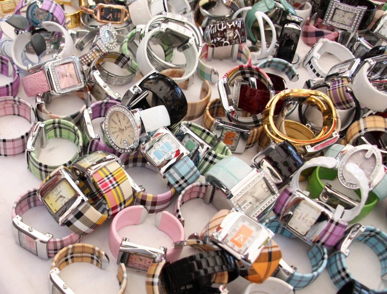 Pour les produits les mieux contrefaits, une montre peut se vendre jusqu'à 300€, à la sauvette, dans les ruelles de Vintimille ou de Sanremo, places fortes des réseaux de contrefaçon sur la Riviera italienne. Et ce malgré le renforcement de la coopération européenne.