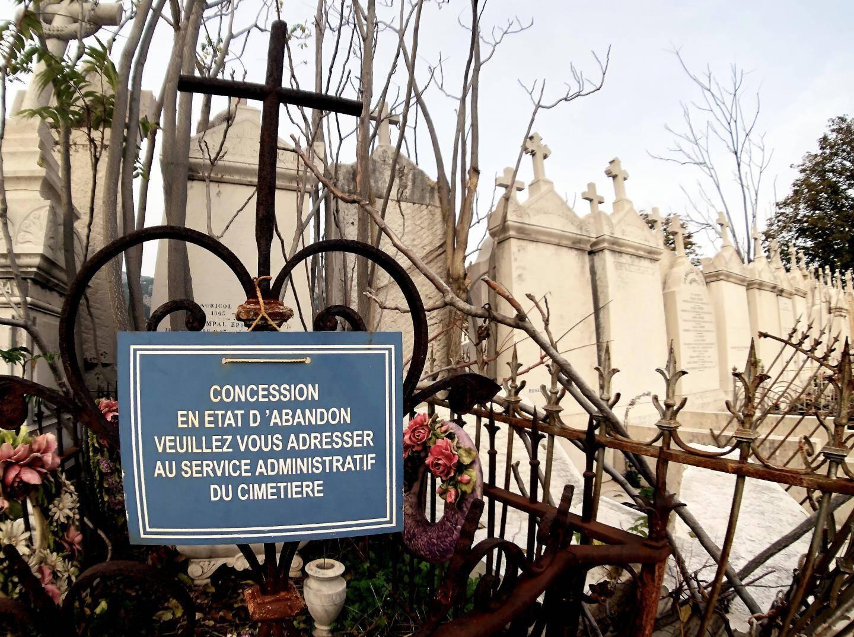 Les agents du service cimetière de l'époque avaient coulé du béton pour réparer les tombes endommagées par les bombardements de la Seconde Guerre mondiale.