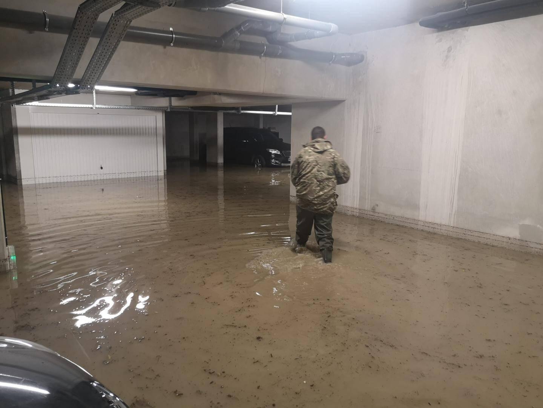 Les parkings, de la résidence « Transparence  » à l'entrée du boulevard Blanqui, entre autres, ont été inondés. Ici, Fabien, un résident, équipé « pêche  », a tout de suite tenté de dégager les bouches d'évacuation. La porte de ce même parking a, en effet, été arrachée par la puissance de l'eau.