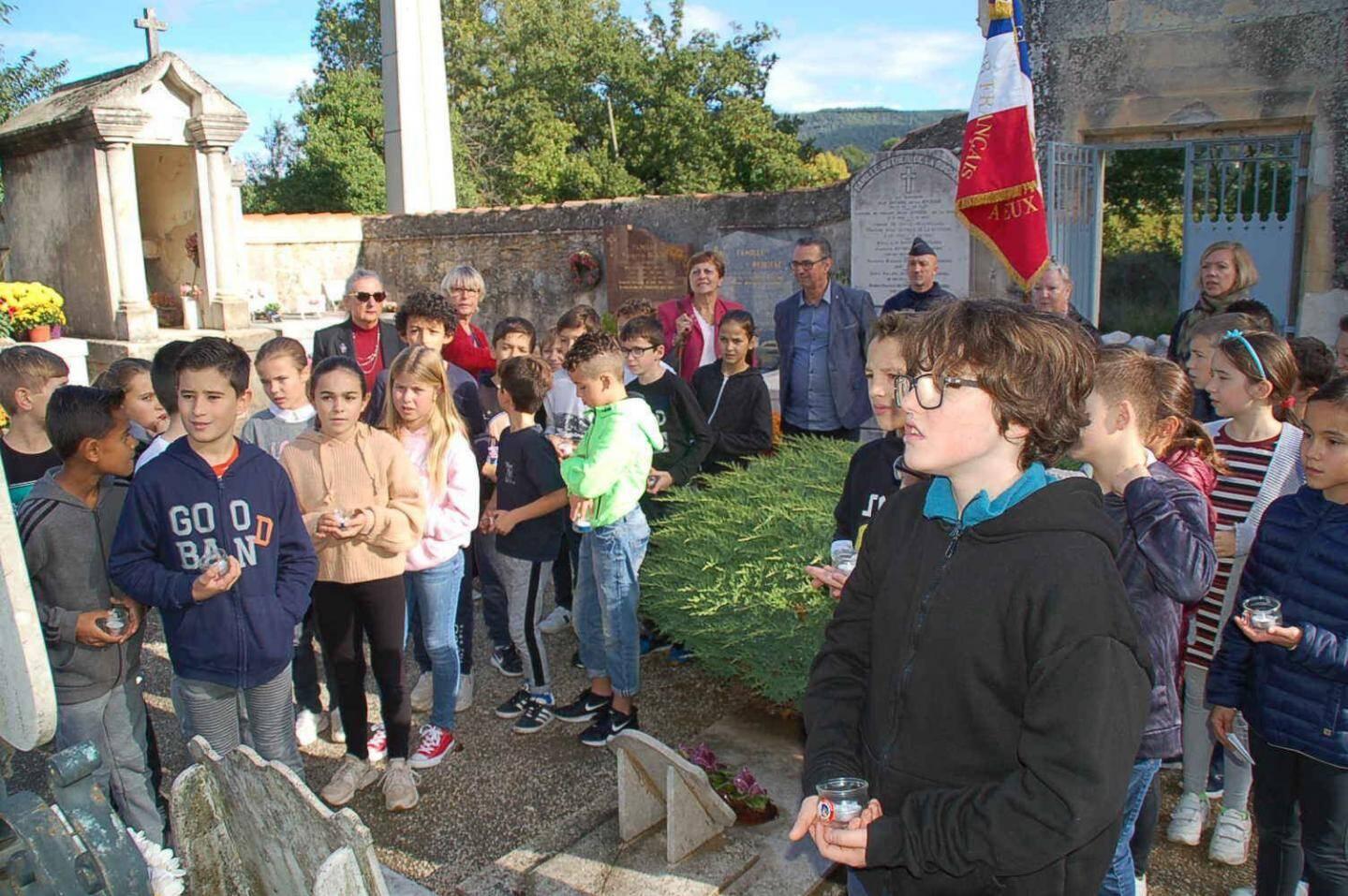 Les écoliers de Sainte-Anne ont sacrifié au devoir de mémoire au pied du monument aux morts.