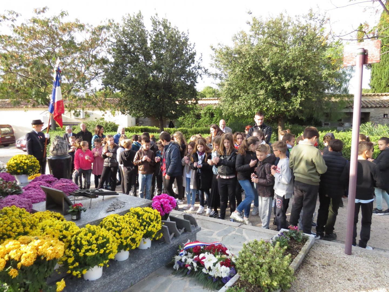 Les élèves de CM2 des écoles Saint-Jean et la Vernette au cimetière de la Guicharde.