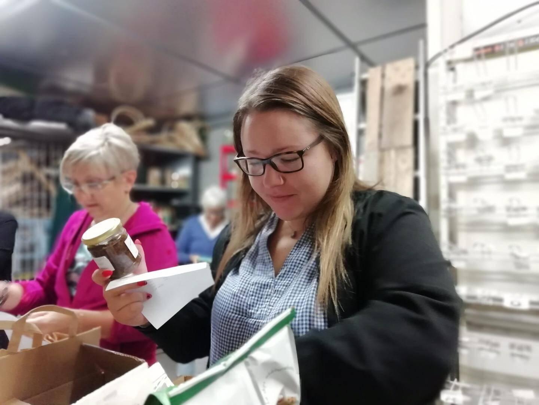 Lydia Rossi, coordinatrice, prépare les commandes.