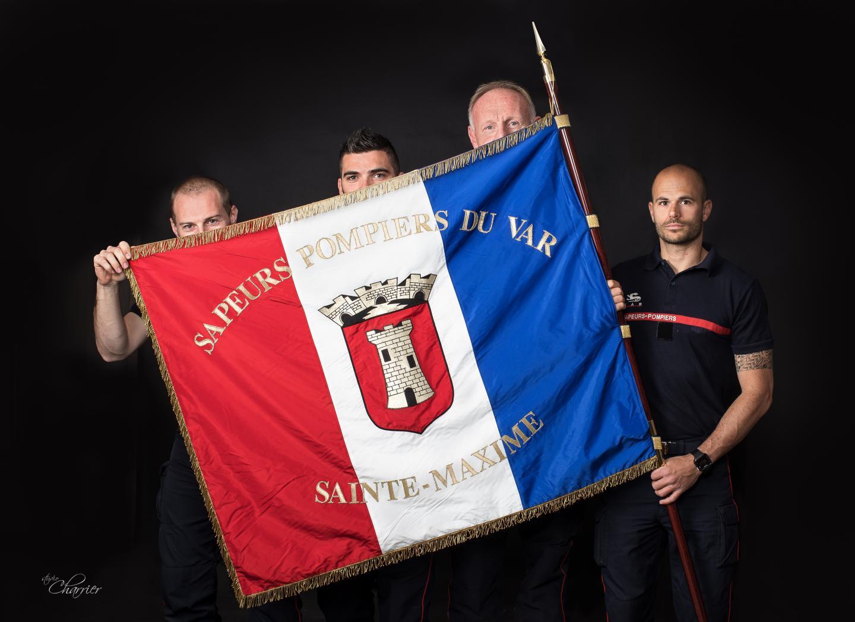 Le regard des sapeurs-pompiers pour un corps qui leur est cher, symbolisé par le drapeau.
