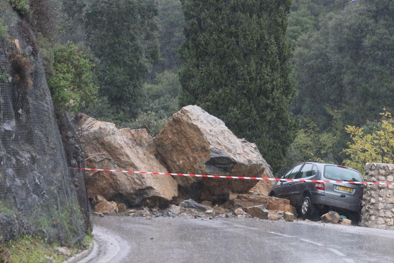 La route de Sospel restera fermée dans les deux sens le temps des travaux. Une déviation a été mise en place par Castellar, et l'ancienne voie du tram va être rouverte.