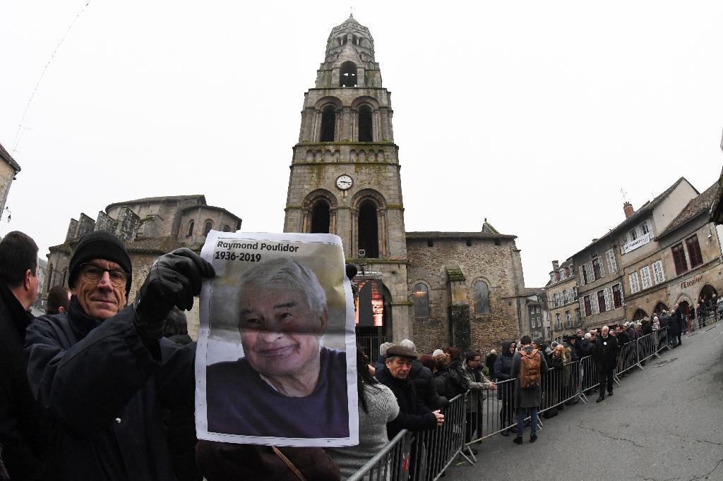 Les habitants de Saint-Léonard-de-Noblat, un bourg de Haute-Vienne où Raymond Poulidor résidait, attendent le début de la céromonie, le 19 novembre 2019