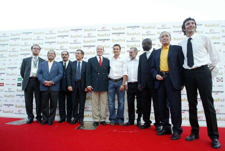 George Best, en 2005, à gauche du Golden Foot Award de cette édition, l'Ukrainien Andriy Shevchenko.
