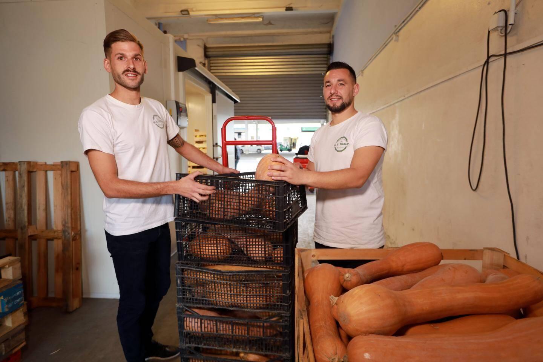 Au MIN de Nice, Romain et son collègue Lucas réceptionnent, palettisent et livrent les produits de la plateforme.