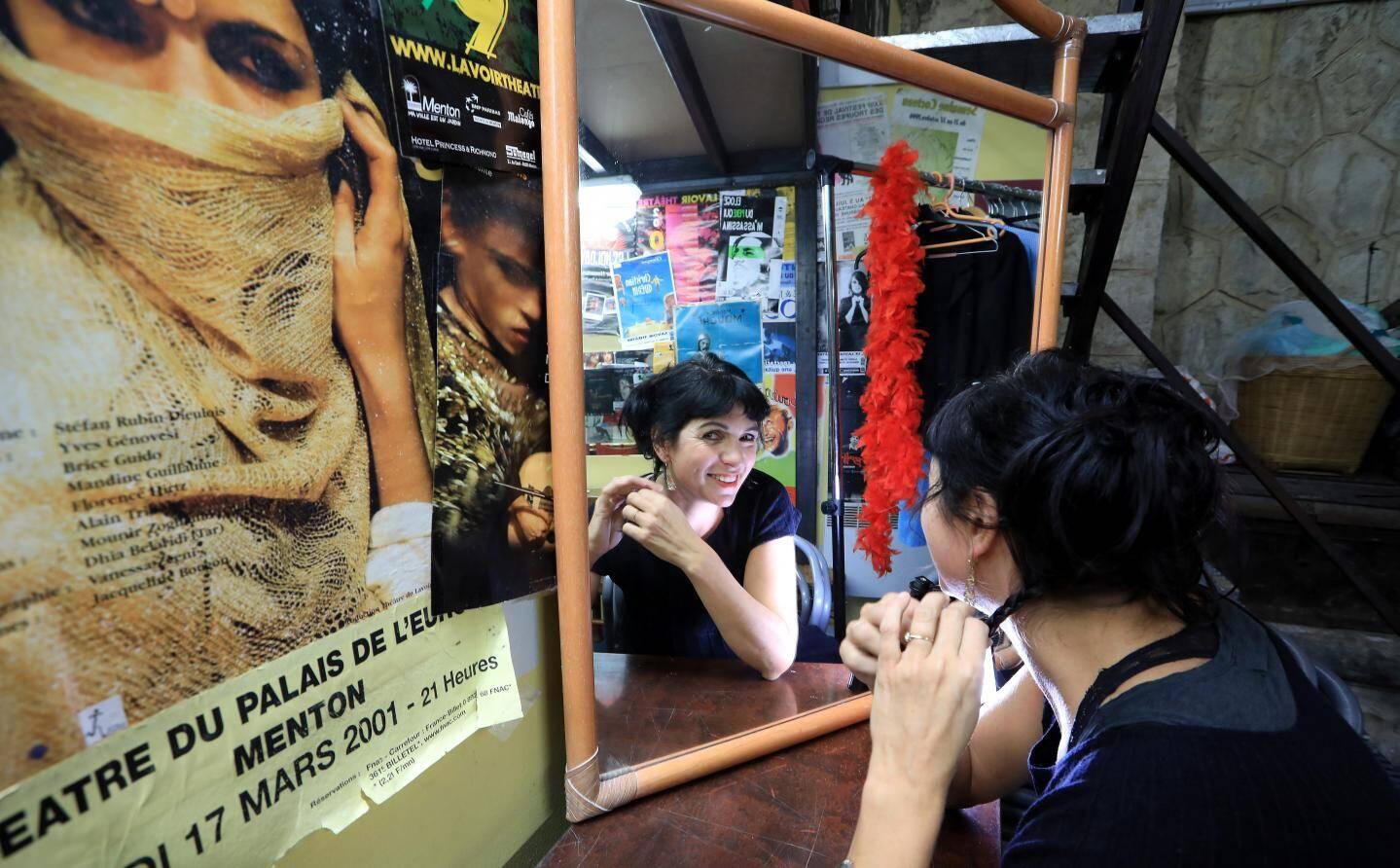 Jeux de reflets: Mandine Guillaume face au miroir, et face à son portrait, qui tient le haut de l'affiche dans Don Juan, joué en 2001.