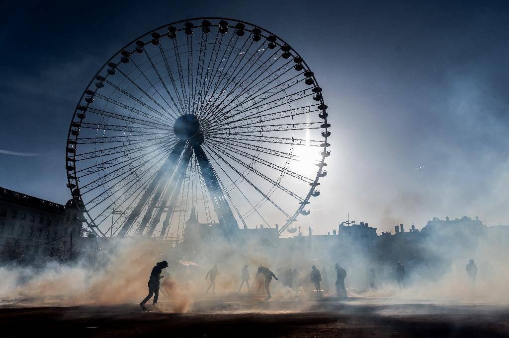 Nuage de gaz lacrymogène durant une manifestation contre la réforme des retraites, à Lyon, le 10 décembre 2019