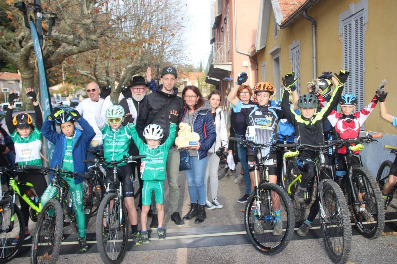 Juste avant le départ de la course enfant, le trophée « Philippe Drouhot » (photo de gauche), entre les mains d'Anne Drouhot, est dévoilé.