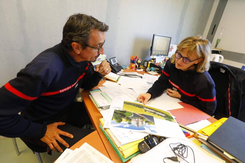 Le lieutenant Christophe Andrietti et le capitaine Corinne Faraut étudient les dossiers.