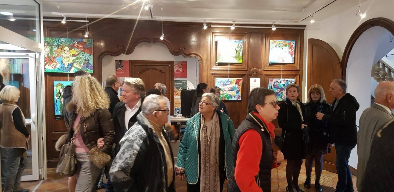 Beaucoup de monde pour visiter les expositions.
