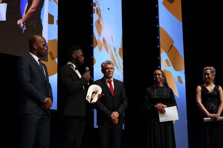 Siya Kolisi a reçu son prix des mains de Joël  Bouzou et Didier Drogba.