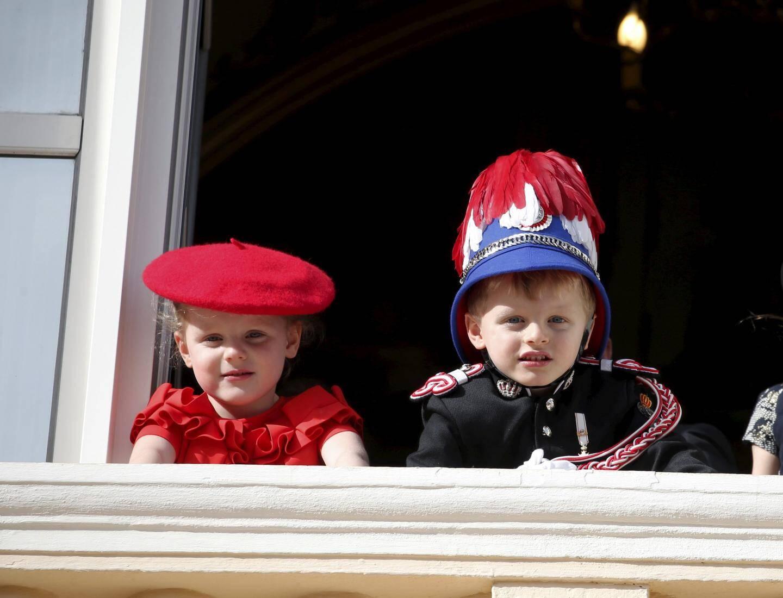 19 NOVEMBRE. Attendus par la population réunie place du Palais, le prince héréditaire Jacques et la princesse Gabriella sont les vedettes de cette Fête nationale.