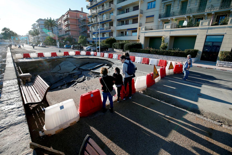Le trou béant de la Promenade du Soleil a été sécurisé, mais ne sera pas réparé avant le 6 janvier.