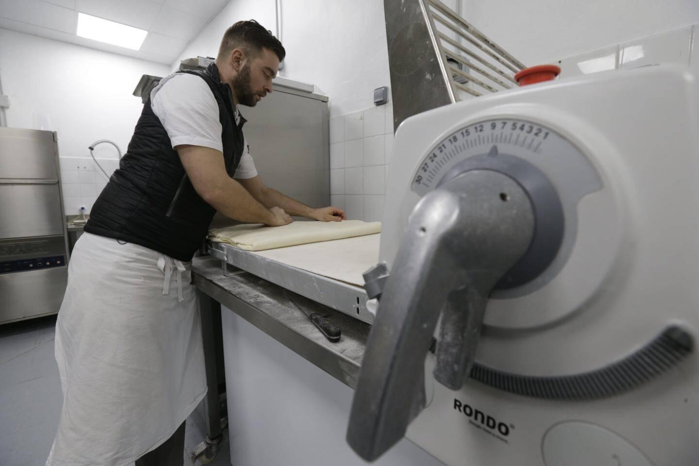 Plier, replier, encore et encore, pour incorporer 30% de beurre à la pâte longuement levée.
