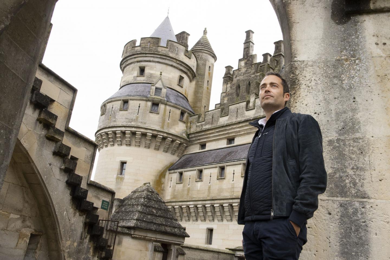 Retour au Moyen Âgeau Château de Pierrefonds situé en région des Hauts-de-France, au nord deParis pour le romancier,Laurent Decaux. Il est, ici, photographié par sa mère, Micheline Pelletier.
