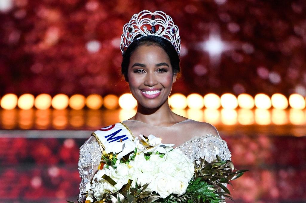 Elue Miss France 2020 Miss Guadeloupe Clémence Botino pose à l'issue du concours de beauté organisé à Marseille, le 14 décembre 2019.