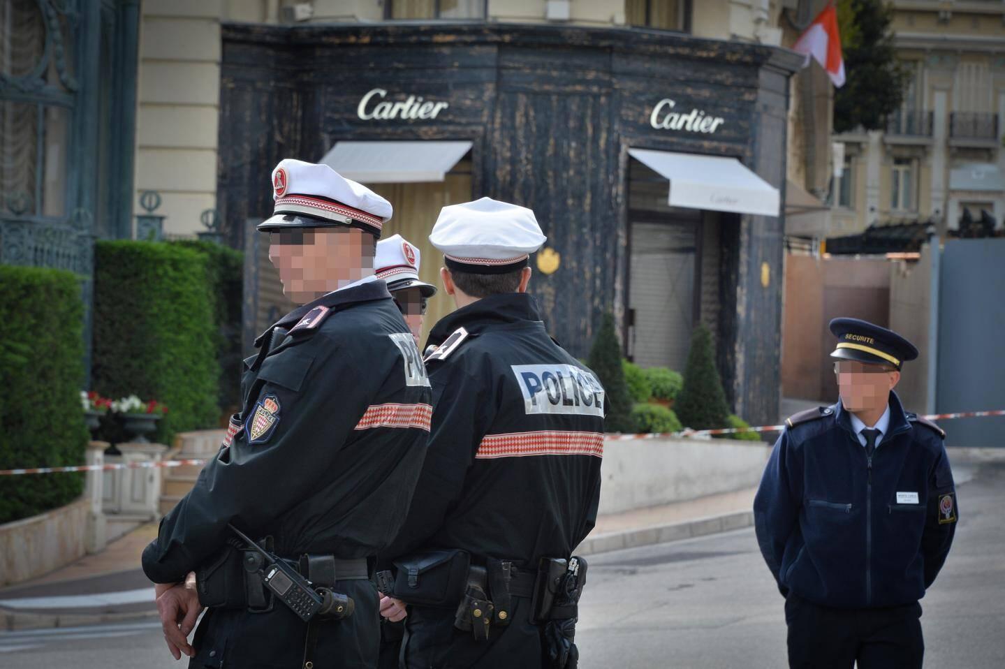 Les policiers monégasques devant la bijouterie