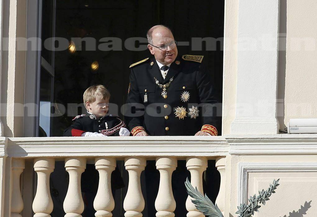 19 novembre. Au balcon du Palais princier, père et fils suivent le défilé militaire en habit de carabinier.