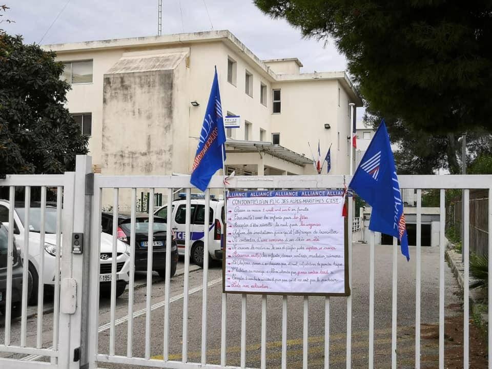 Le message affiché à l'entrée du commissariat.