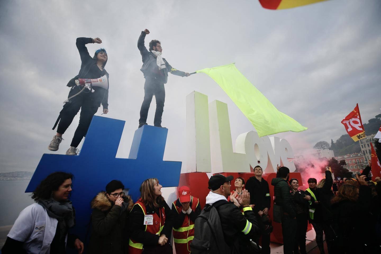 Les manifestants devant #ILoveNice