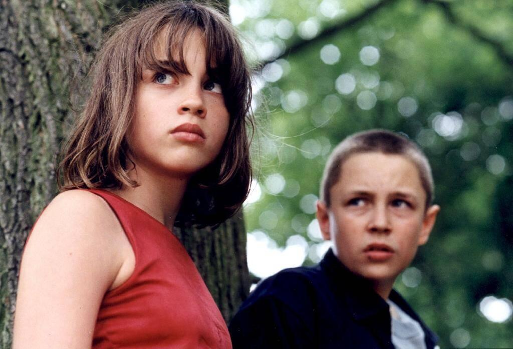 """Adèle Haenel (G) et Vincent Rottiers (D) sur le tournage du drame français """"Les diables"""" réalisé par Christophe Ruggia. Le film sort le 11 septembre 2002 sur les écrans français."""