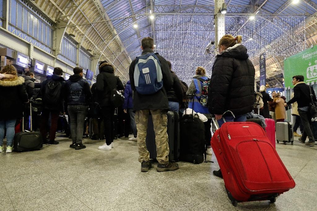 Des voyageurs arrivent à la gare de Lyon le 5 janvier 2020 à Paris