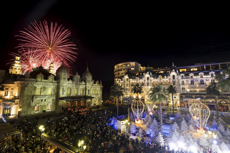 Aux douze coups de minuit., le ciel s'est embrasé au-dessus du Casino de Monte-Carlo.